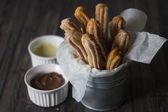 I CHURROS sono dei dolcetti di origine madrilegna fatti di pastella fritta e cosparsa di zucchero. Oggi fanno parte della tradizione spagnola.