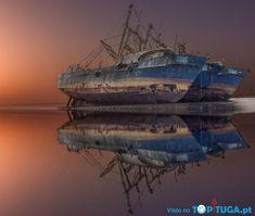 Num passado distante, estes navios navegaram orgulhosamente no mesmo mundo que o dos homens, antes de se afundarem e permanecerem no esquecimento. Alg...