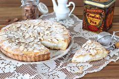 Un guscio di friabile e profumata pasta frolla alle mandorle ed un dolce ripieno: Crostata alle mandorle con crema al latte, semplicemente speciale
