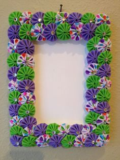 Wood 4 X 6 Frame covered with purple, green and white multi fabric yo-yos Holz 4 x 6 Rahmen mit. Fabric Crafts, Sewing Crafts, Paper Crafts, Frame Crafts, Diy Frame, Diy Craft Projects, Diy And Crafts, Easy Quilts, Flower Crafts