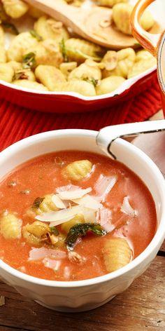 Wenn es mal schnell gehen soll und du trotzdem lecker essen möchtest, eignet sich diese Tomaten-Mozzarella-Suppe perfekt dafür. Die Salbei-Gnocchi machen als Einlage schön satt und das Ganze ist in nur 15 Minuten fertig.