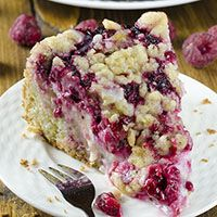 Raspberry Cream Cheese Coffee Cake - moist and buttery cake, creamy cheesecake filling, juicy raspberries and crunchy streusel topping.