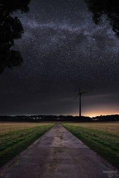 Kann man den Sternenhimmel samt Milchstraße von der Erde aus fotografieren? Selbst, wenn man letztere mit bloßem Auge gar nicht sehen kann? Ja, das geht! Relativ...