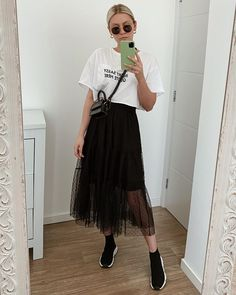 tulle skirt, white crop t-shirt. Cute Casual Outfits, Modest Outfits, New Outfits, Long Skirt Fashion, Fashion Dresses, Winter Fashion Outfits, Autumn Fashion, Hoodie Outfit, Casual Looks