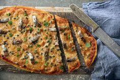 Pizza Napolin salaisuus piilee rapeassa pohjassa sekä maistuvissa täytteissä. Pizzapohja kannattaa valmistaa huolella ajan kanssa, jotta koostumuksesta tulee juuri oikeanlainen. Sillin, chilin ja kapriksen maukas makuyhdistelmä vie kielen mennessään.  VINKKI! Voit nopeuttaa valmistamista käyttämällä valmista pizzapohjaa. Muista kuitenkin, että paras tulos syntyy valmistamalla pohja alusta alkaen itse.