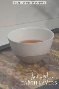 Bol multicolor en céramique Couleur : tons de beige, gris, marron. Matériaux : porcelaine. La taille des tasses est variable, merci de préciser la préférence de tons à la commande Earth Layers, Serving Bowls, France, Beige, Tableware, Gray, Green Plates, Large Plates, Wooden Reindeer