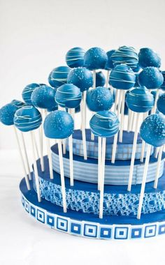cake pops mit blauer glasur dekoriert mit weißer schokolade