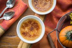 Pumpkin Crème Brûlée is an easy, but elegant, make ahead dessert with a rich creamy custard and contrasting layer of sweet hard caramel (burnt sugar. Pumpkin Pie Smoothie, Pumpkin Dessert, Most Delicious Recipe, Delicious Desserts, Pumpkin Creme Brulee, Making Sweets, Easy Meals For Two, Starbucks Pumpkin, Make Ahead Desserts