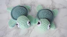 Zwei kleine grüne gehäkelte Schildkröten
