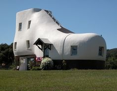 White shoe home, this house is near Columbia, Pennsylvania---USA... It's so cute inside. They rent the bedrooms in the summer time.
