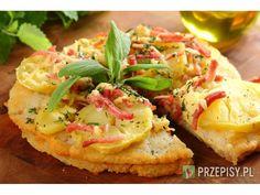 Ziemniaki ugotuj w mundurkach,  obierz i pokrój w plasterki.  Ser żółty zetrzyj na tarce o grubyc...