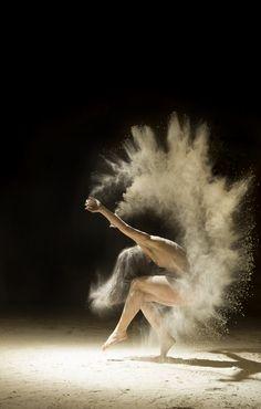 Le photographe français Ludovic Florent fait poser des danseuses nues dans une pièce noire et entièrement recouvertes de sable et de farine. Leurs mouvements donnent ainsi l'impression d'être plus légers et retracent l'impulsion. Une projet artistique très intéressant et une liberté d'expression impressionnante.