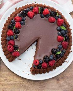 La CROSTATA MORBIDA AL CIOCCOLATO è un dolce goloso e facilissimo da preparare! Grazie allo stampo speciale, una volta capovolta, la torta avrà una scanalatura pronta ad accogliere un ripieno vellutato e cremoso. Sweet Recipes, Cake Recipes, Dessert Recipes, Köstliche Desserts, Chocolate Recipes, Love Food, Cupcake Cakes, Sweet Treats, Food And Drink
