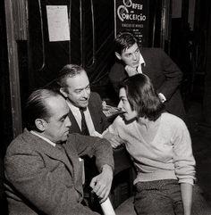 José de Medeiros     Oscar Niemeyer, Tom Jobim, Vinicius de Moraes e sua mulher Lila Bôscoli nos bastidores da peça Orfeu da Conceição.