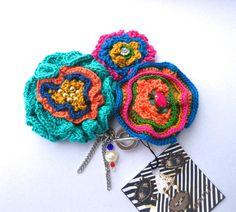 3種類大小お花をかぎ針で編みました。チェーンやラインストーン、アクリルビーズ、パール等をしようしています。|ハンドメイド、手作り、手仕事品の通販・販売・購入ならCreema。
