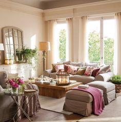 gana-luz-con-un-espejo. Salón clásico en beige y marrón con un sofá, dos pufs una butaca y un espejo
