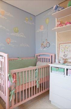 Quarto de neném com pintura de parede, revestimento de parede em palha de seda, luminária de teto em formato de balão, almofadas em forma de nuvens e uma paleta de cores pastel !