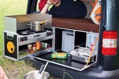 Das Prinzip ist stets das gleiche, in den Details jedoch unterscheiden sich die angebotenen Produkte teils erheblich. Das Foto zeigt die Camping-Kombi-Box der Firma Ququq die komplett mit Mini-Küche und Klappmatratze 2190 Euro kostet.