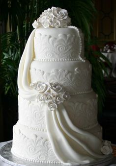 I would have this cake for my wedding, so royalty, grace and beautiful^^