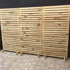 Diy Room Divider, Fabric Room Dividers, Free Standing Wall, Church Stage Design, Craft Show Displays, Pallet Crafts, Pallet Furniture, Pallet Walls, Store Design