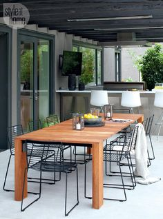 Teak Outdoor Dining Table with Black Metal Dining Chairs Under Black Pergola - Contemporary - Deck/patio Modern Outdoor Dining Chairs, Teak Dining Table, Outdoor Dining Furniture, Patio Dining Chairs, Outdoor Living, Modern Patio, Rustic Outdoor, Lounge Chairs, Modern Rustic