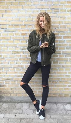 Black ripped jeans army green bomber jacket bomberjakke khaki Adidas superstar slip on street style