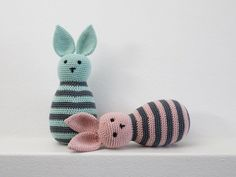 Kijk wat ik gevonden heb op Freubelweb.nl: een gratis haakpatroon van Sostrene Grene om deze leuke konijntjes te maken. Met een belletje in zijn buik maak je er een leuk kraamcadeautje van! https://www.freubelweb.nl/freubel-zelf/gratis-haakpatroon-konijn-7/