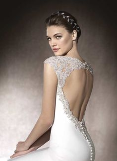 MILANNovia 2017 Elegante vestido de novia de corte sirena realizado en crepe con un espectacular trabajo de pedrería, tul e hilo bordado que enmarca la espalda y culmina sobre los hombros.