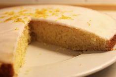 Citronmåne er noget de fleste forbinder med en god, tør kage fra tanken. Og den kan gerne gemmes i et par år eller 3 uden der sker det vilde med den. Da kæresten havde drengene på besøg, tog jeg kampen op mod deres fortrukne spise. Opskriften er fra Lagkagehuset, de dog var lige lovlig gavmild...Læs Mere » Danish Food, Tog, Vanilla Cake, Sweet Tooth, Cheesecake, Lime, Sweets, Snacks, Cooking