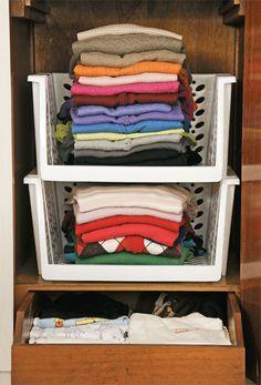 """Ganhe espaço com cestos organizadores empilháveis (R$ 22,70 cada, na Casa & Loja). """"Os modelos vazados possibilitam que a roupa respire, evitando o mofo"""", ensina Andrea Caetano."""