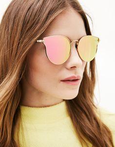 Óculos espelho CatEye. Descubra esta e muitas outras roupas na Bershka com novos artigos cada semana