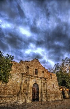 The Alamo — San Antonio, Texas. So cool seeing this. It was awesome to be able to walk through some history:)