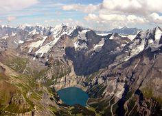 Vue sur l'Öschinensee, lac situé à 1 578m d'altitude entre Adelboden et Kandersteg dans l'Obeland Bernois en Suisse.  Au mileu le massif du Blüemlisalp avec les sommets du Blüemlisalphorn  (3 661 m), du Wyssi Frau (3 650 m) et du Morgenhorn (3 623 m).  Sur la droite le sommet du Doldenhorn à3 638m d'altitude