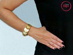 Pulseira de couro com moedas douradas, um luxo! Exclusiva! 🔝🆙🆒 💻 wwww.minhanovabiju.com.br 📱Whatsapp: (71) 99165-0201 🚚 Frete  grátis para as compras acima de  R$ 200  #minhanovabiju #acessoriosfemininos #acessorios #pulseiradecouro  #pulseiradourada #pulseirademoedas #pulseiraluxo #lojaonline  #bijuterias #bijuteriasfinas #modafeminina #modacasual  #salvadorbahia #enviamosparatodobrasil