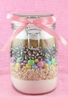 Voici des recettes pour réaliser une Cookie Jar : un bocal joliment rempli des ingrédients nécessaires à la préparation de délicieux cookies ! A offrir... Ou pas !