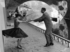 Paris Pictures, Robert Doisneau, Rock And Roll, 1950s Posters, Hotel Des Invalides, Pont Paris, 1950s Art, Swing Dancing, Foto Real