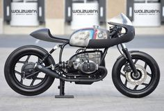 BMW Moto : Illustration Description On Bike EXIF cafe racers, bobbers, scramblers and trackers: Featherweight BMW by sporting a motor. Bmw Cafe Racer, Cafe Racers, Inazuma Cafe Racer, Moto Cafe, Cafe Racer Motorcycle, Women Motorcycle, Motorcycle Helmets, Bmw Motorcycles, Custom Motorcycles