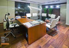 Drewniane biurko z podręcznymi szafkami wykończone naturalną okleiną sapeli to strefa pracy notariusza, klienci natomiast zostali przez nas zaproszeni do stołu, którego blat został wykonany z czarnego szkła lacobel. http://www.projektmebel.pl/meble-biurowe-do-kancelarii--od-drzwi-do-biurka