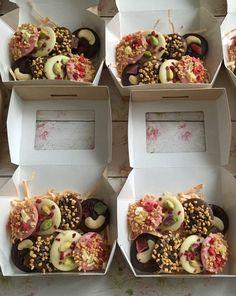 Homemade Chocolate Bars, Chocolate Candy Recipes, Chocolate Bark, Chocolate Shop, Desserts Roses, Snack Recipes, Dessert Recipes, Chocolate Packaging, Chocolate Decorations