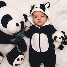 Cute baby in panda suit Niedlicher Panda, Panda Bebe, Panda Funny, Panda Art, Cute Little Baby, Baby Kind, Little Babies, Cute Babies, Cute Baby Pictures