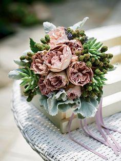 プアラニ シックなピンクのバラを包むようにさまざまなグリーンをアレンジ