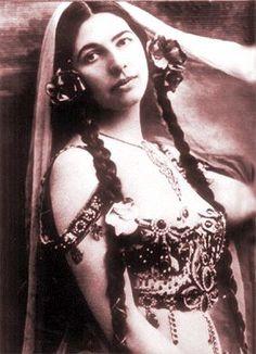 Mata Hari Dutch exotic dancer and courtesan; a spy for Germany during World War I. Mata Hari, Little Mermaid Statue, The Little Mermaid, Vintage Models, Vintage Photos, Aubrey Hepburn, Costume Armour, Arab Women, Portraits