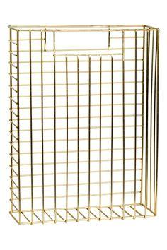 Porte-journaux en métal: Porte-journaux rectangulaire en métal avec poignée de chaque côté. Dimensions 8,5x23,5x32 cm.
