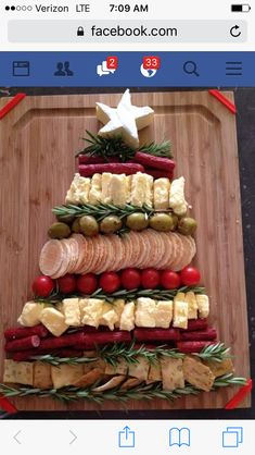 Fancy and Yummy! Fancy and Yummy! The post Christmas Tree appetizer tray! Fancy and Yummy! appeared first on Fingerfood Rezepte. Christmas Party Food, Xmas Food, Christmas Brunch, Christmas Cooking, Christmas Goodies, Christmas Treats, Christmas Cheese, Christmas Decorations, Christmas Entertaining