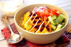 This Yoghurt Curry Chicken Quinoa Bowl is perfect for a delicious dinner at home! And so easy too. Healthy Vegan Breakfast, Healthy Cooking, Healthy Eating, Healthy Food, Healthy Chicken Recipes, Lunch Recipes, Easy Dinner Recipes, Free Recipes, Quinoa Bowl