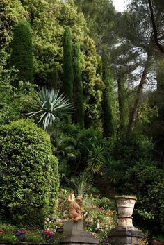 """Villa Domergue, é uma villa em estilo Art Deco, com jardins mediterrâneos em Cannes, na Riviera Francesa.  Jean-Gabriel Domergue, pintor, comprou terras na Califórnia em 1926. Ele desenvolveu, projetou e executou a vila, com o nome original """"Villa Fiesole"""" na Avenida Fiesole, 15 em Cannes, com os arquitetos Charles e Émile Molinié Nicod em 1929."""