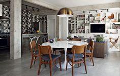 O desafio da arquiteta Gabriela Marques foi dar ares masculinos a este apartamento de 110 m², onde antes vivia uma mulher. O concreto aparente e os tons de cinza foram pedidos dos moradores. Já a parede berinjela foi ideia da própria Gabriela