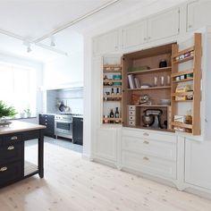 Bilderesultat for matskap med hylleplate Swedish Design, Scandinavian Design, Marble Worktops, Pine Floors, Wood Wall, Kitchen Design, Kitchen Cabinets, Flooring, Interior Design