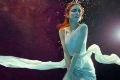 Mulheres flutuando na fotografia fashion subaquática de Zena Holloway