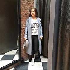 Set van de dag: Mix & Match De jas en het shirt zijn van Maison Scotch, de broek van Supertrash en het hoedje van Marc Cain. Een lange- oversized jas is dé trend van dit najaar.